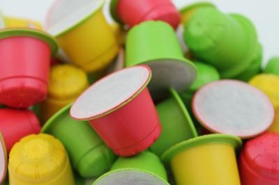 Komostierbare Kaffeekapseln mit Granula Farben